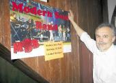 Gastwirt Jörg Eyting freut sich auf das nächste Konzert in seinem Haus. Nächsten Sonnabend erwartet er die Modern Soul Band. Ein großes Plakat weist auf die Veranstaltung hin.