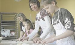 Aus Chemnitz und Dresden sind sie angereist, um in Pulsnitz Pfefferkuchen zu backen. In der Schauwerkstatt werkeln (v.r.n.l.): Konrad und Angelika Krockenberger sowie Lucy und Katrin Neumann.