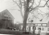 Harte Arbeit auf den Bauernhöfen, Familie Schölzel vor ihren Anwesen