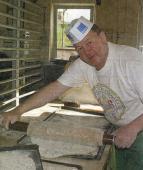 Pfefferküchler Lutz Tenne bereitet Teigplatten zum Backen des Riesenpfefferkuchens vor.